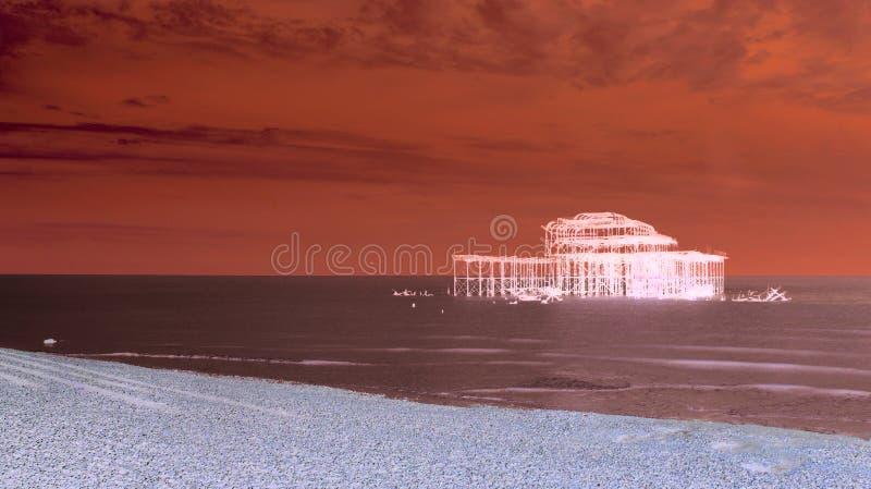 Konstnärliga röda Brighton West Pier royaltyfri fotografi