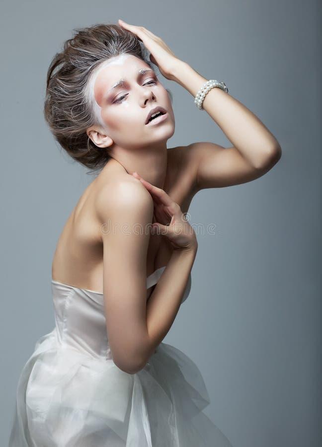konstnärligt emotionellt trendigt posera för kvinnlig royaltyfri fotografi