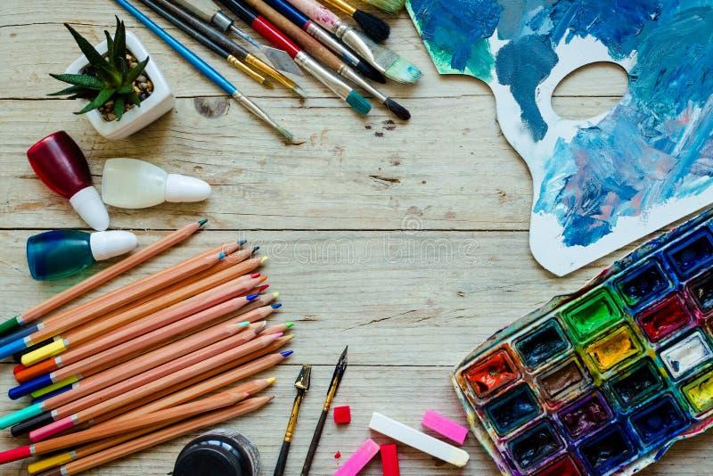 Konstnärmålarfärgborstar på träbakgrunden fotografering för bildbyråer