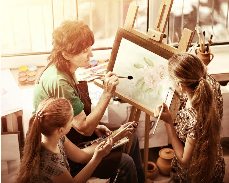 Konstnärmålningstaffli i studio Autentisk farmor och ungar arkivfoto