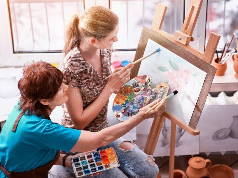 Konstnärmålningstaffli i studio Autentisk farmor och ungar royaltyfria foton
