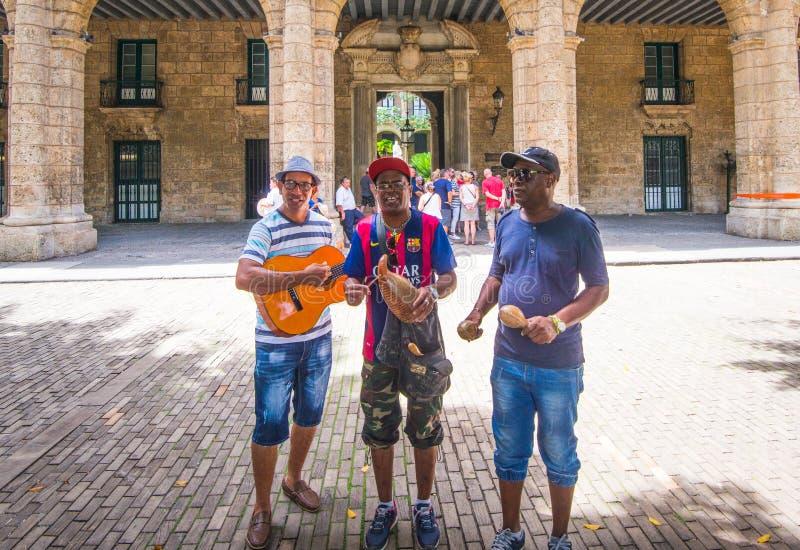Konstnärmusikermusikband med klassisk musik och byggnad i havannacigarren, Kuba, Amerika arkivfoton