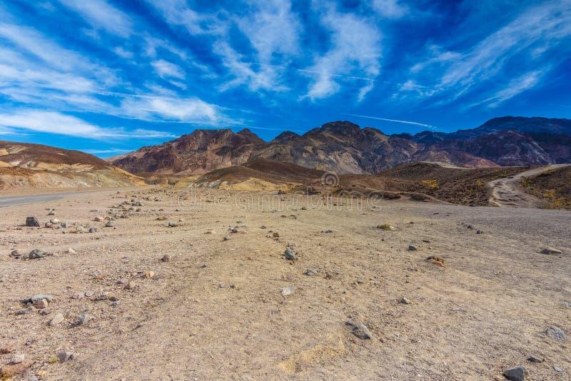 Konstnärs drev till och med öknen av Death Valley arkivbild