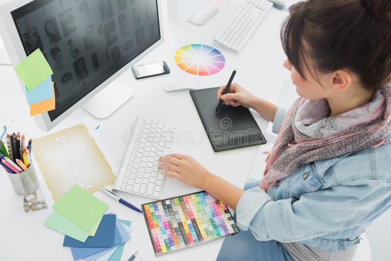 Konstnärteckning något på den grafiska minnestavlan på kontoret arkivbilder