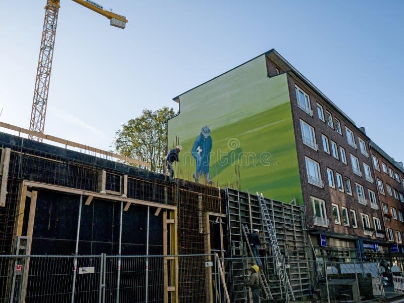 Konstruieren eines Apartmenthauses lizenzfreie stockfotos