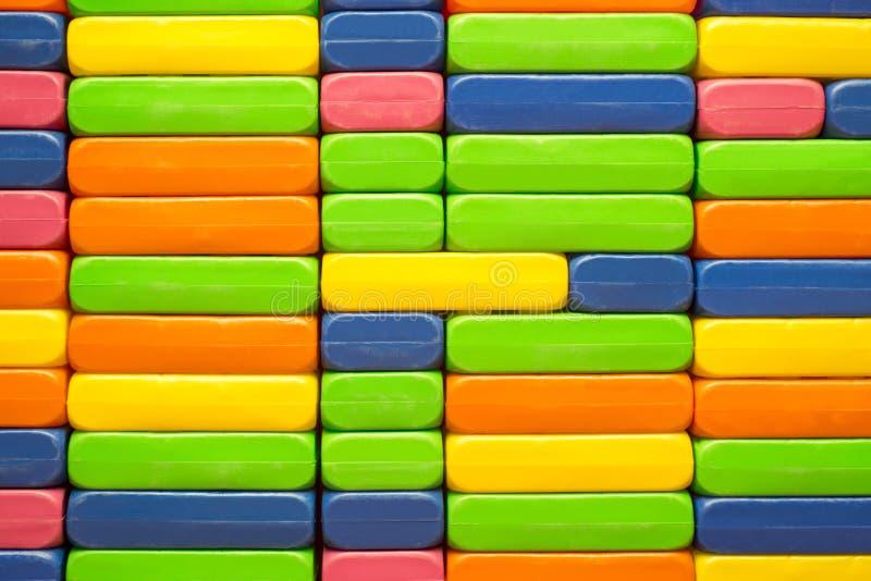 Konstruktör för barn` s Plast- leksakkvarter för stor hög Bakgrund av ljusa plast- kvarter för stor byggnad royaltyfri foto