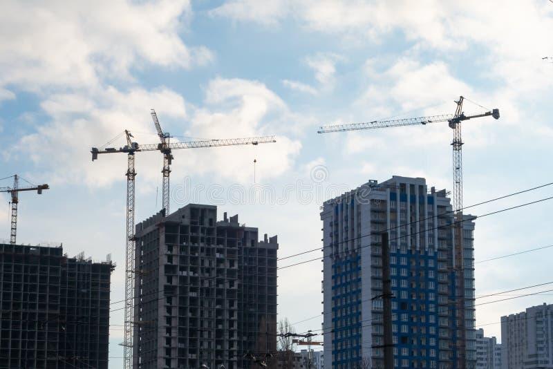 Konstruktion av bostads- mång--våning byggnader med hjälpen av fyra tornkranar arkivfoton