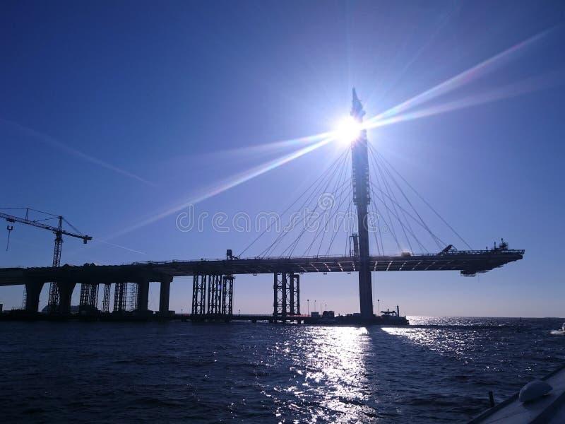 Konstruktion av bron i St Petersburg, en klar dag, sikten från vattnet arkivfoton