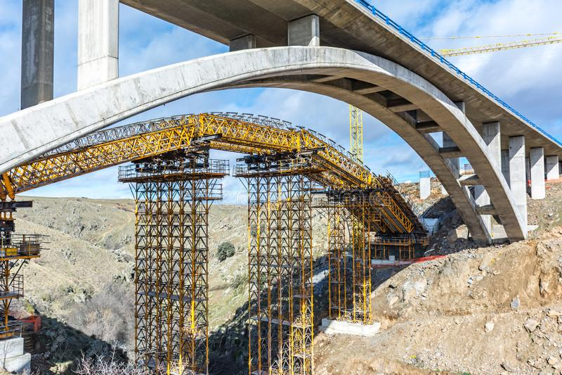 Konstruktion av en bro över den Eresma floden i Segovia i utvidgningsarbetena av den Madrid - Segovia - Valladolid huvudvägen arkivfoto