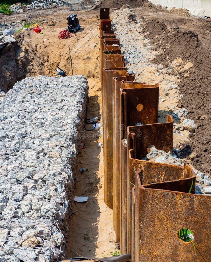 Konstruktion av en Gabion vägg för jordkvarhållande royaltyfria foton
