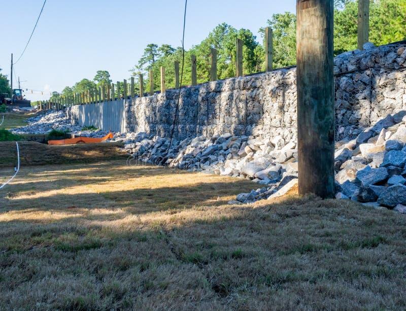 Konstruktion av en Gabion vägg för jordkvarhållande royaltyfri bild