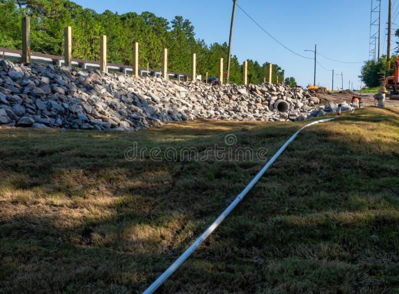 Konstruktion av en Gabion vägg för jordkvarhållande royaltyfri foto