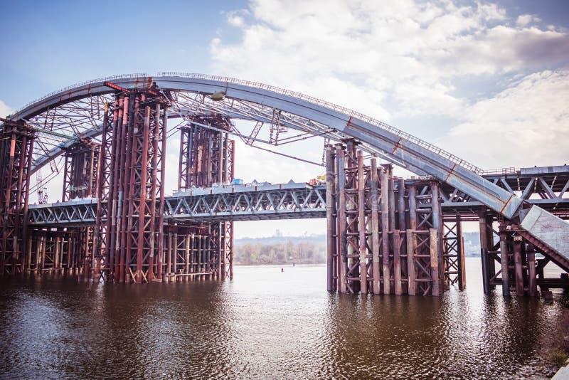 konstruktion av en industriell bro för flod royaltyfria bilder