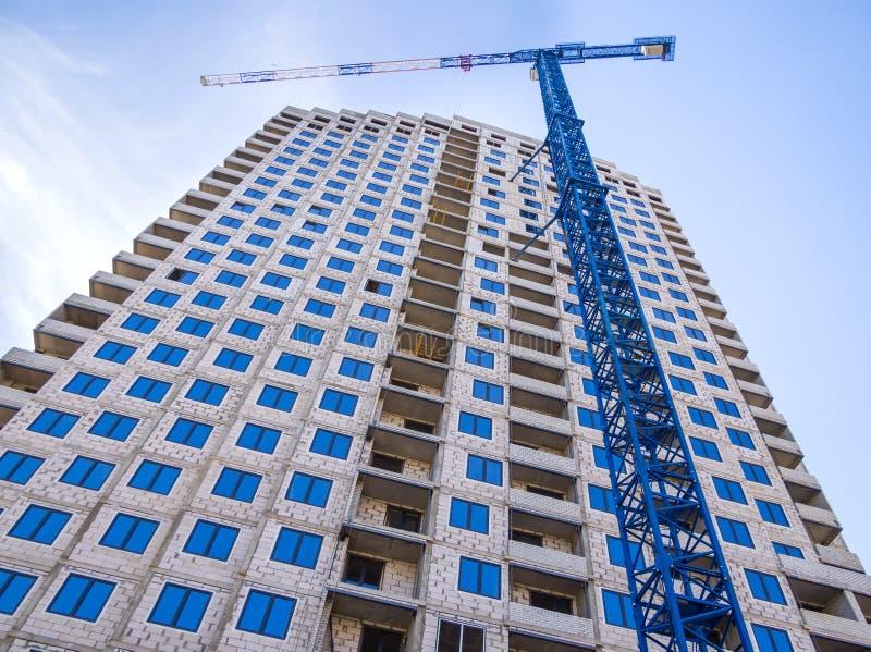 Konstruktion av en ny monolitisk kvarterhusbyggnad royaltyfri foto