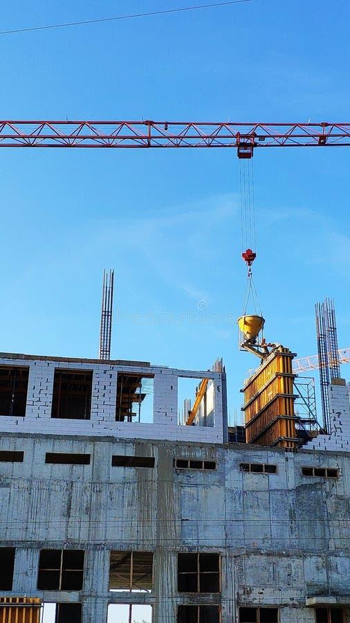 Konstruktion av ett höghus, bildandet av cementservice i fabrikstillverkade delarna till former mot en blå himmel, selektiv fokus fotografering för bildbyråer