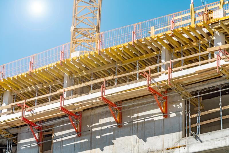 Konstruktion av ett hus, hjälpmedel för konstruktion, ett monolitiskt mång--våning betonghus, service för en patentlås arkivfoton