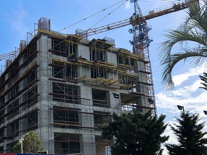 Konstruktion av ett monolitiskt ramhus av betong- och gassilikatkvarter med mycket material till byggnadsställning genom att anvä fotografering för bildbyråer