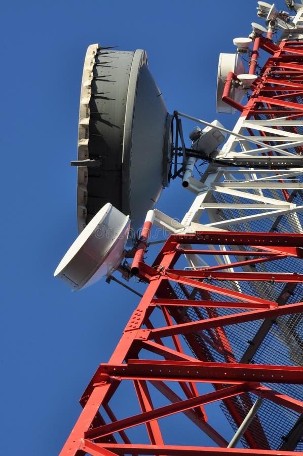 Konstruktion av ett telekommunikationtorn med antenner royaltyfria foton