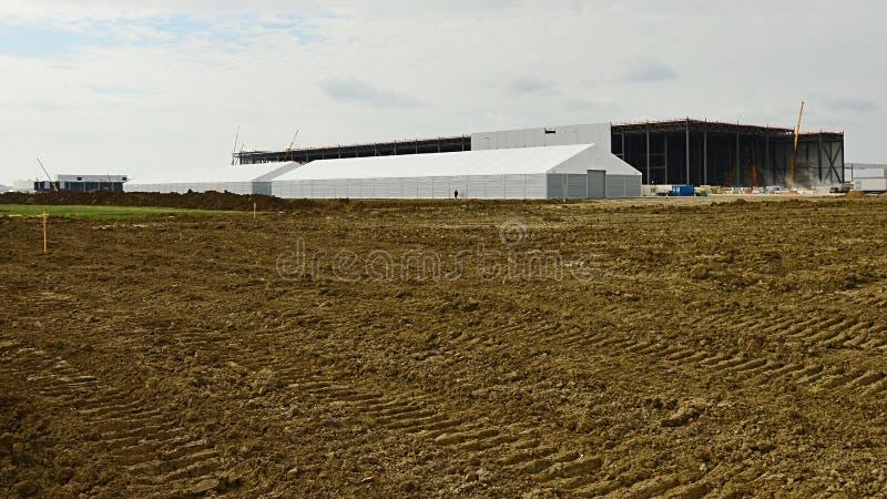 Konstruktion av fabrikskorridoren av den Jaguar Land Rover lättheten i Nitra, Slovakien arkivfoto