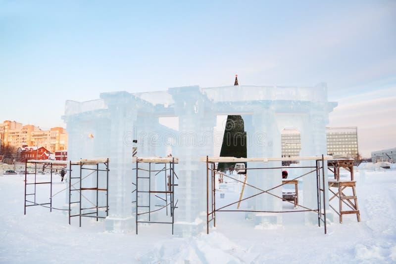 Konstruktion av skulptur med kolonner i isstad arkivfoton