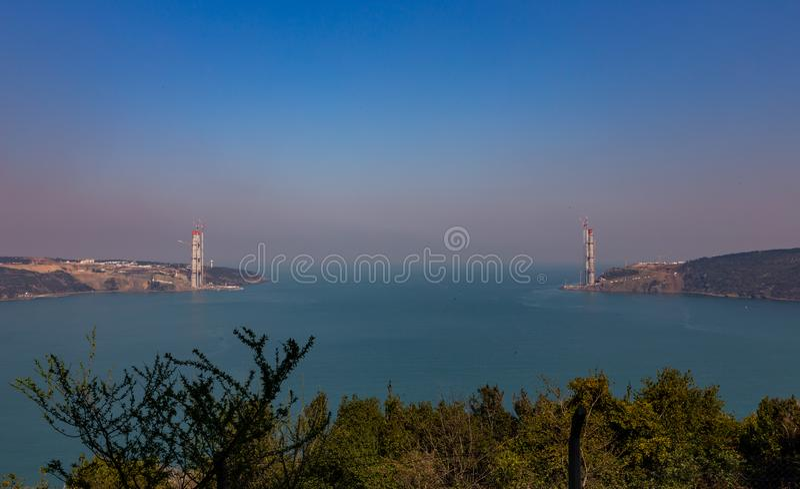 Konstruktion av Sultan Selim Grozny Bridge i den Bosphorus kanalen, mars 2014, Turkiet arkivbilder