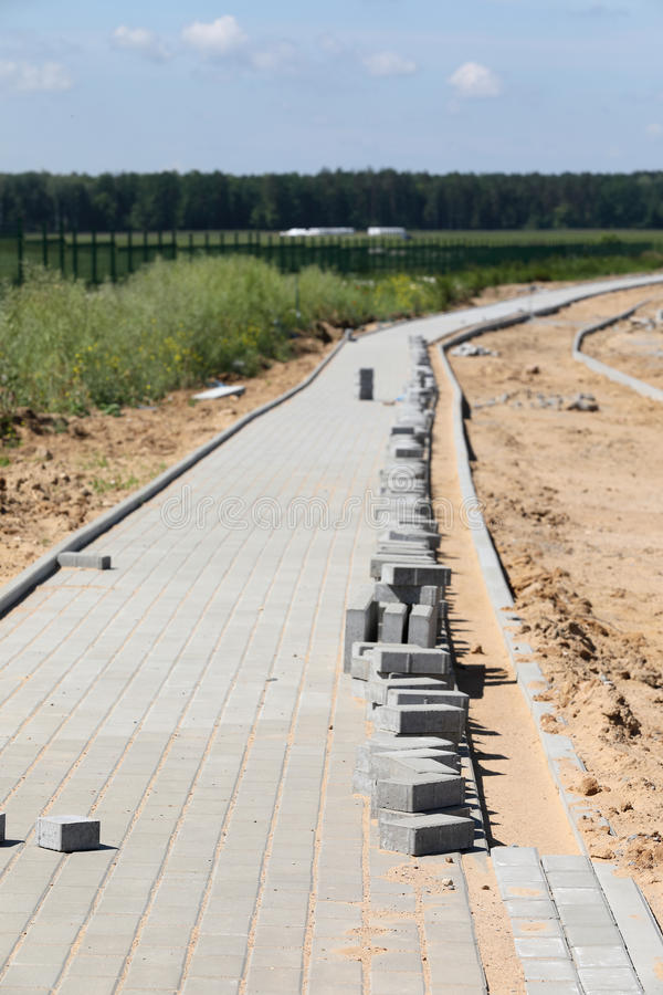 Konstruktion av trottoar med konkret tegelsten royaltyfria bilder