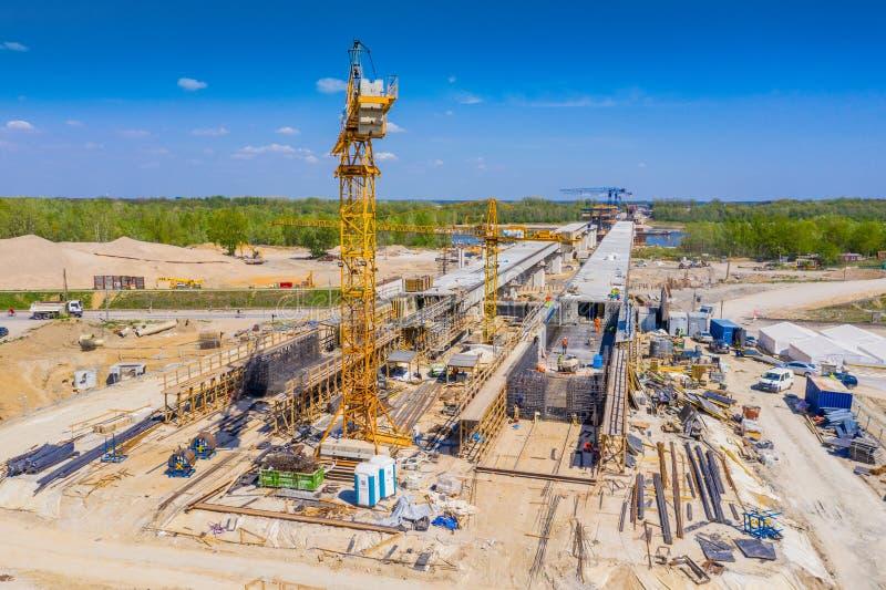 Konstruktion av viadukten på den nya huvudvägen S7, Luban, Polen royaltyfri fotografi