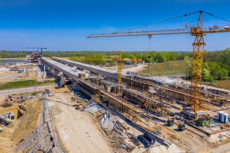 Konstruktion av viadukten på den nya huvudvägen S7, Luban, Polen royaltyfri foto