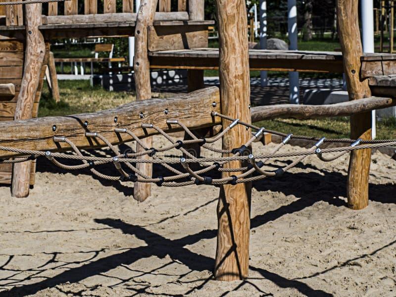 konstruktion för att gå på rep i sandlådan arkivfoto