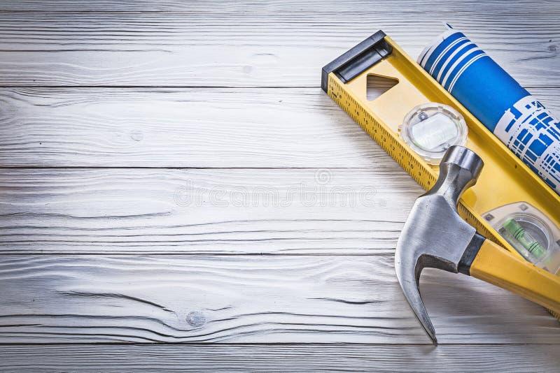 Konstruktion för blått för jordluckrarehammaren planerar hoprullad jämnt på träbo arkivfoton