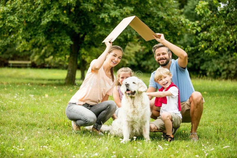 Konstruktion för familjplanhus arkivbilder