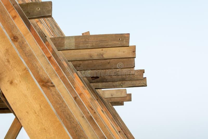 Konstruktion för hem för enkel familj Byggande av ett nytt trä inramat hus royaltyfria foton