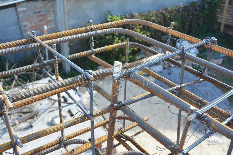 Konstruktion för metallstång Konstruktion för byggnad för hörn för hus för järnstång Stålsätta rebaren, den deformerade stålstång arkivbilder