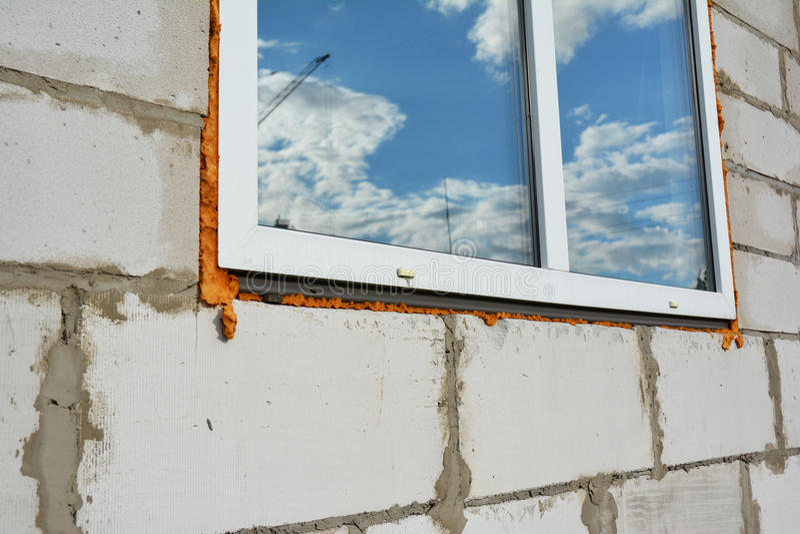 Konstruktion för nytt fönster med utomhus- isolering Fönsterinstallation och utbyte royaltyfria foton