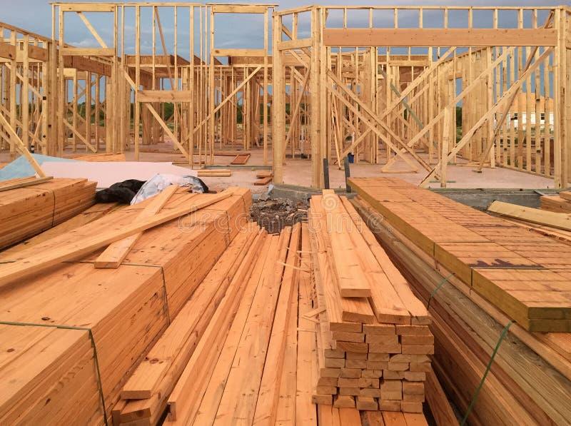 Konstruktion för nytt hus på gemenskap arkivbild