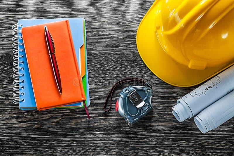 Konstruktion planerar på måttband penna för byggnadshjälmnotepads fotografering för bildbyråer