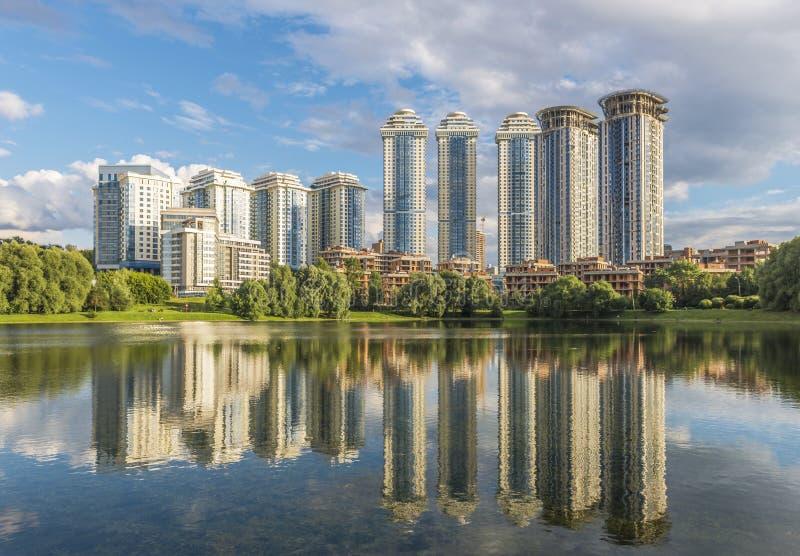 Konstruktionen av nya bostads- hus i Moskva på Mosfilmo arkivbild