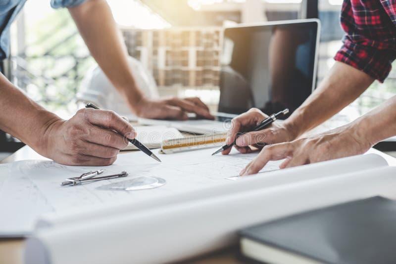 Konstruktions- och strukturbegrepp av tekniker- eller arkitektmötet för projektarbete med partner- och teknikhjälpmedel på royaltyfria foton