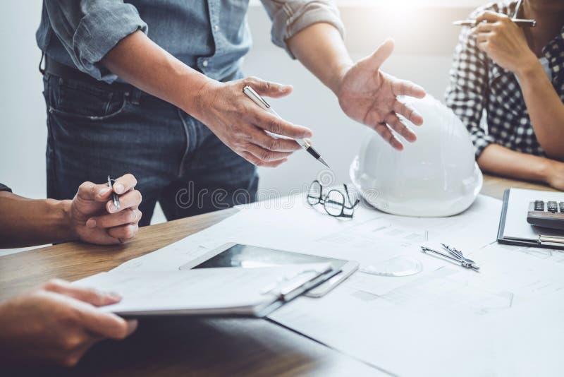 Konstruktions- och strukturbegrepp av tekniker- eller arkitektm?tet f?r projektarbete med partner- och teknikhj?lpmedel p? royaltyfri foto