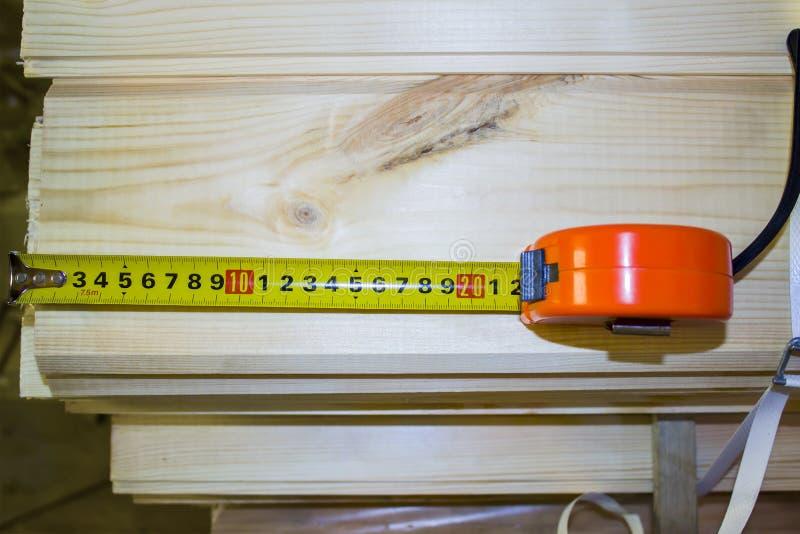 Konstruktionsapelsin och gul roulettnärbild på en träbakgrund fotografering för bildbyråer