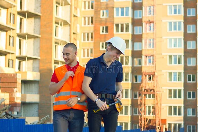 Konstruktionschef och tekniker som arbetar på byggnadsplats royaltyfri foto
