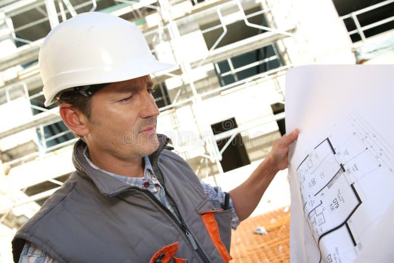Konstruktionschef på plats som kontrollerar plan arkivfoto