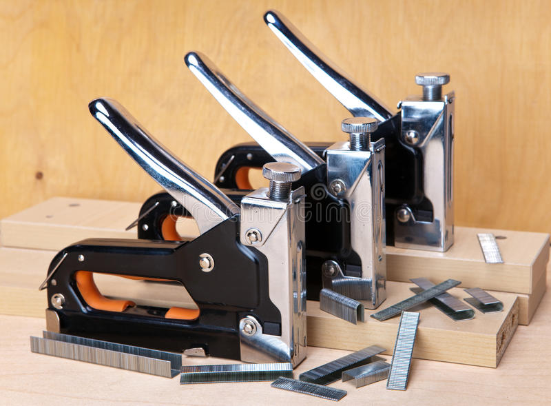 Konstruktionshäftapparater och konsoler mot konstruktionsmaterial royaltyfri foto