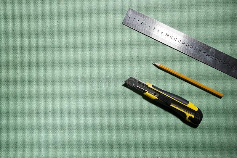 Konstruktionskniv, linjal och blyertspenna arkivfoton