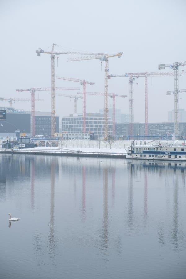 Konstruktionskranar på flodfest i Berlin fotografering för bildbyråer