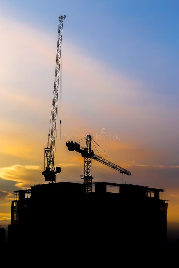 Konstruktionskranen och konstruktionsbyggnaden arkivbilder