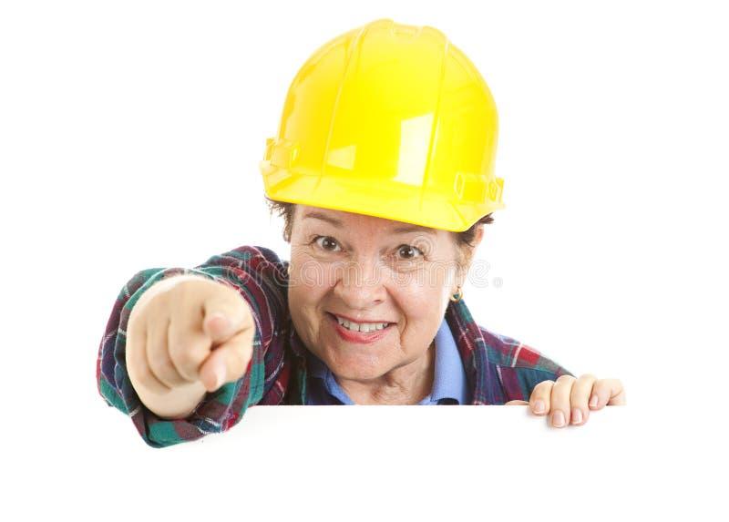 konstruktionskvinnlig som pekar arbetaren arkivbilder