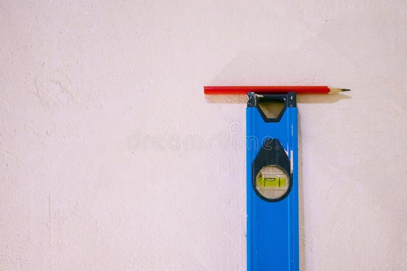 Konstruktionsnivå med en blyertspenna royaltyfria foton