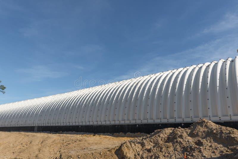 Konstruktionsplats av den järnväg tunnelen Plats för byggnad för stångmetalltunnel i den Lublin staden, Polen fotografering för bildbyråer