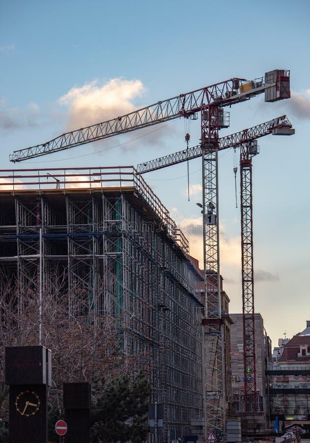 Konstruktionsplats av ett modernt kontor, en bank och en kommersiell byggnad royaltyfri fotografi